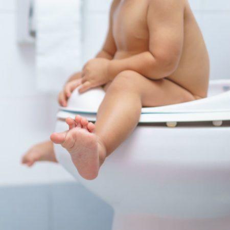 Kind auf Toilette