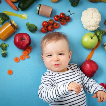 Kind mit Obst und Gemüse