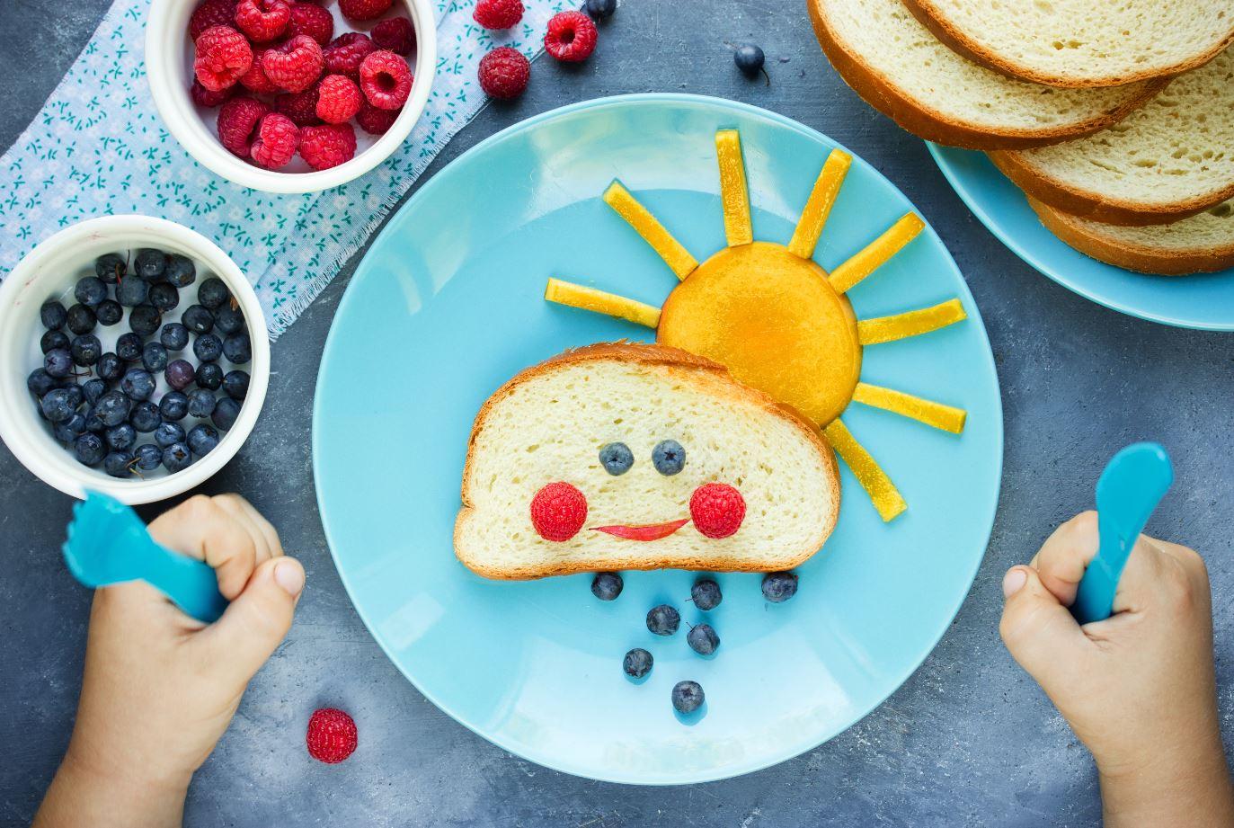 Bunter Teller mit Brot und Obst