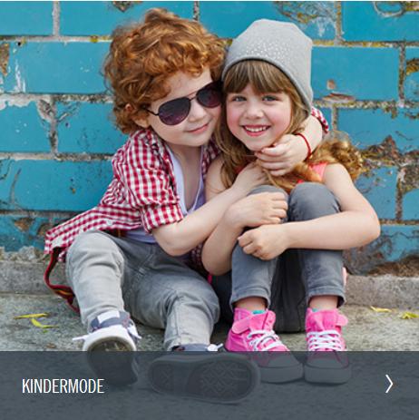 Junge mit Sonnenbrille hält Mädche mit Mütze im Arm