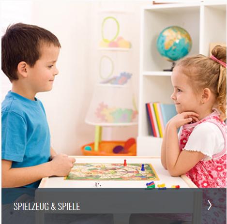 Junge und Mädchen spielen zusammen am Spieltisch