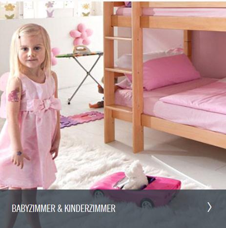 kleines blondes Mädchen steht im rosanen Kinderzimmer