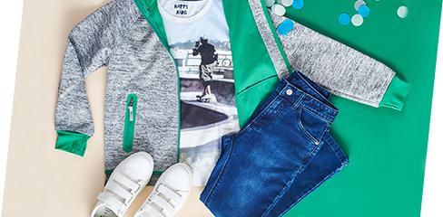 Jungen Outfit mit weißen Sneakers, Jeans und grau grüner Jacke