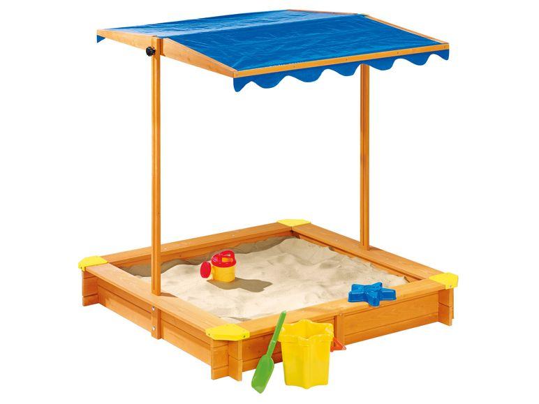 sandkasten mit blauem Sonnenschutz