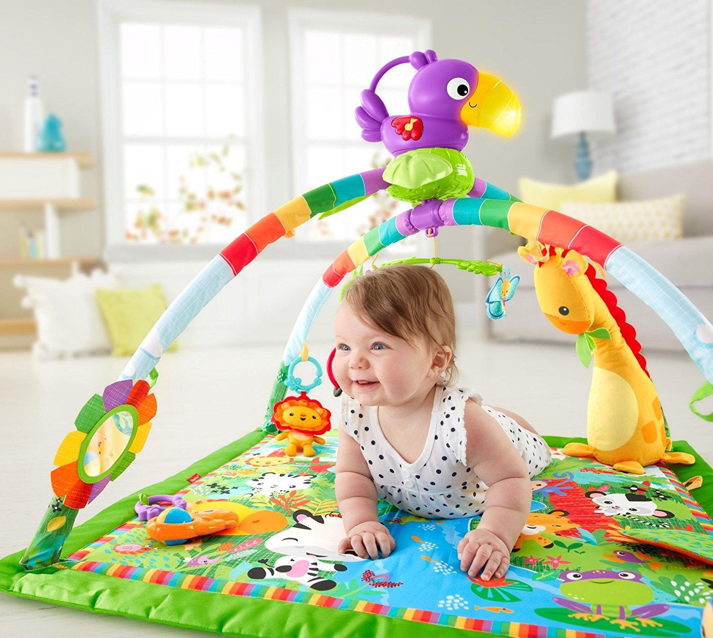 Baby spielt auf der Spieldecke