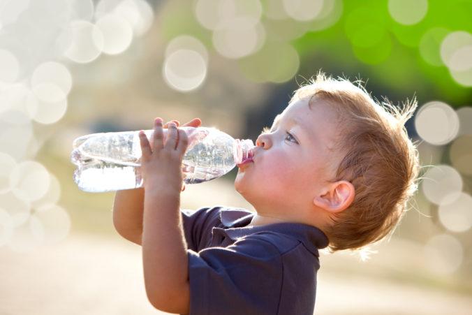 Kleiner Junge trinkt aus Wasserflasche