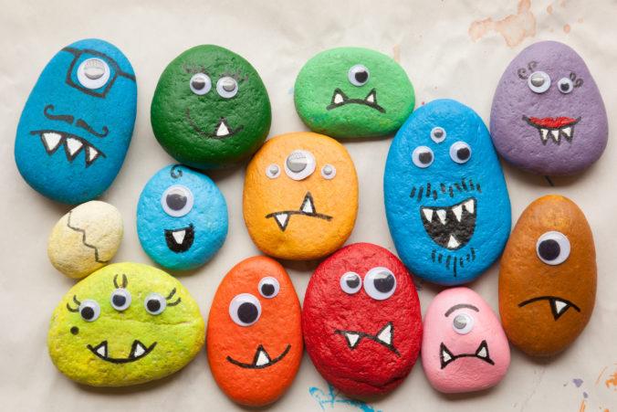 Steine bemalt mit Monstergesichtern