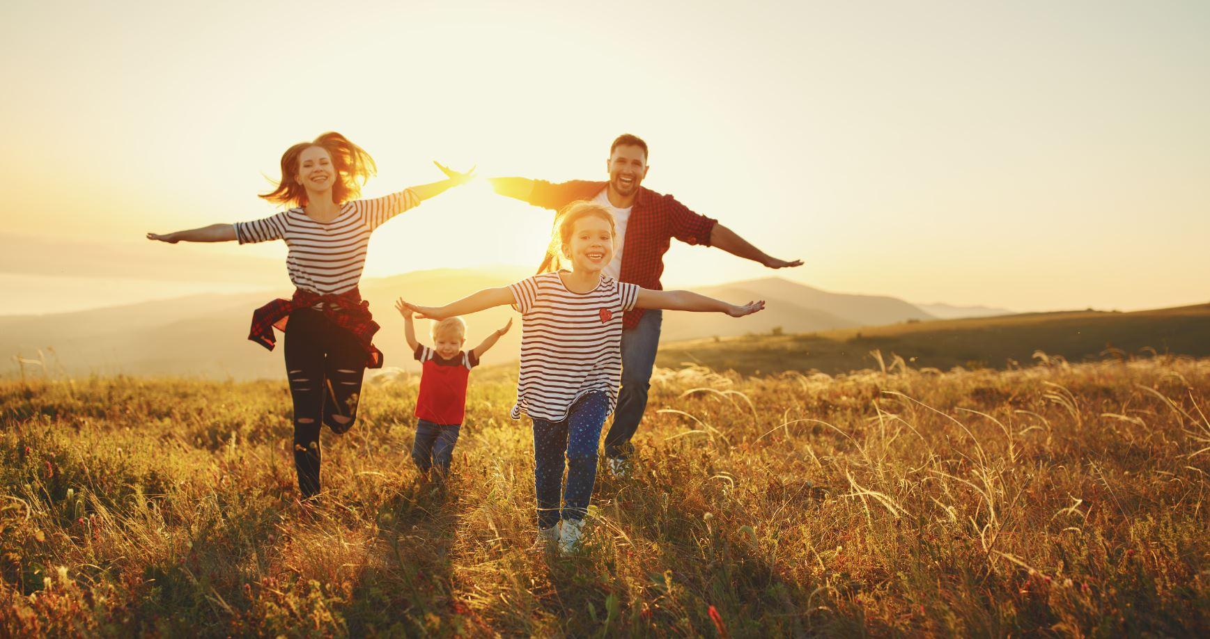 Familie im Sonnenuntergang auf einem Feld