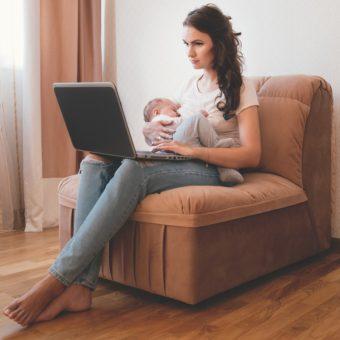 Frau mit Baby und Laptop