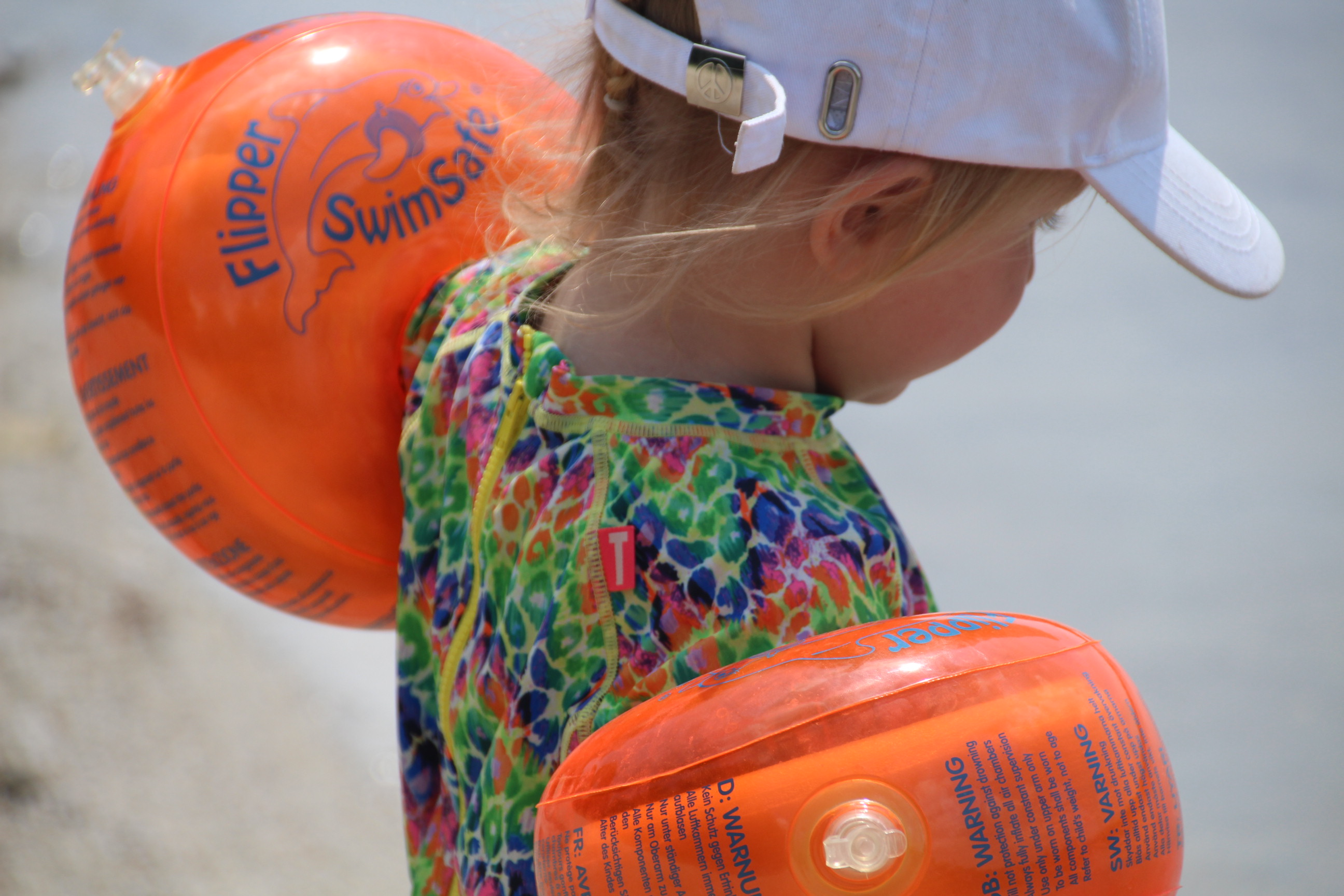 Mädchen mit Flipper SwimSafe Schwimmflügeln
