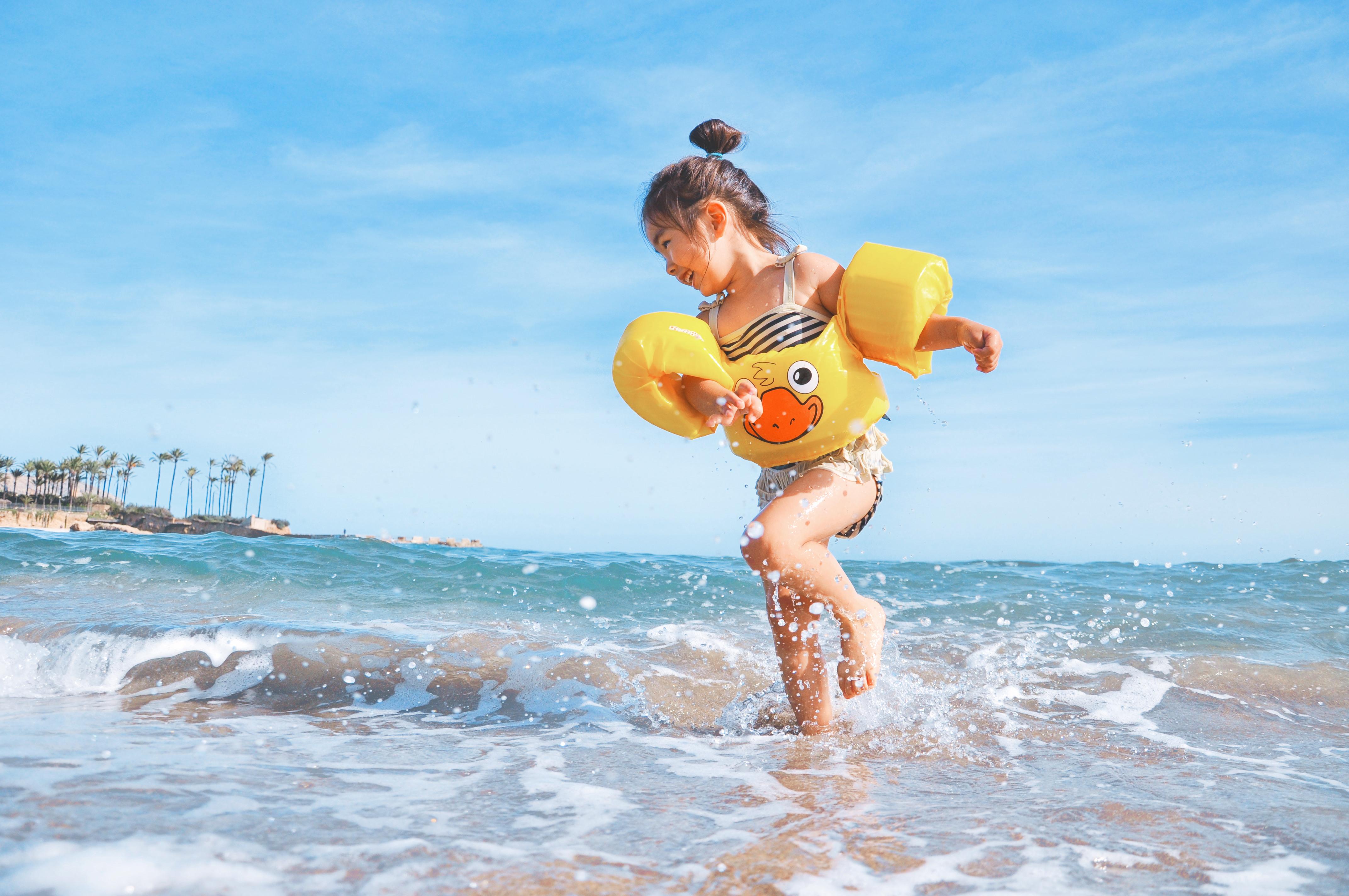 Kind mit Schwimmlernhilfen