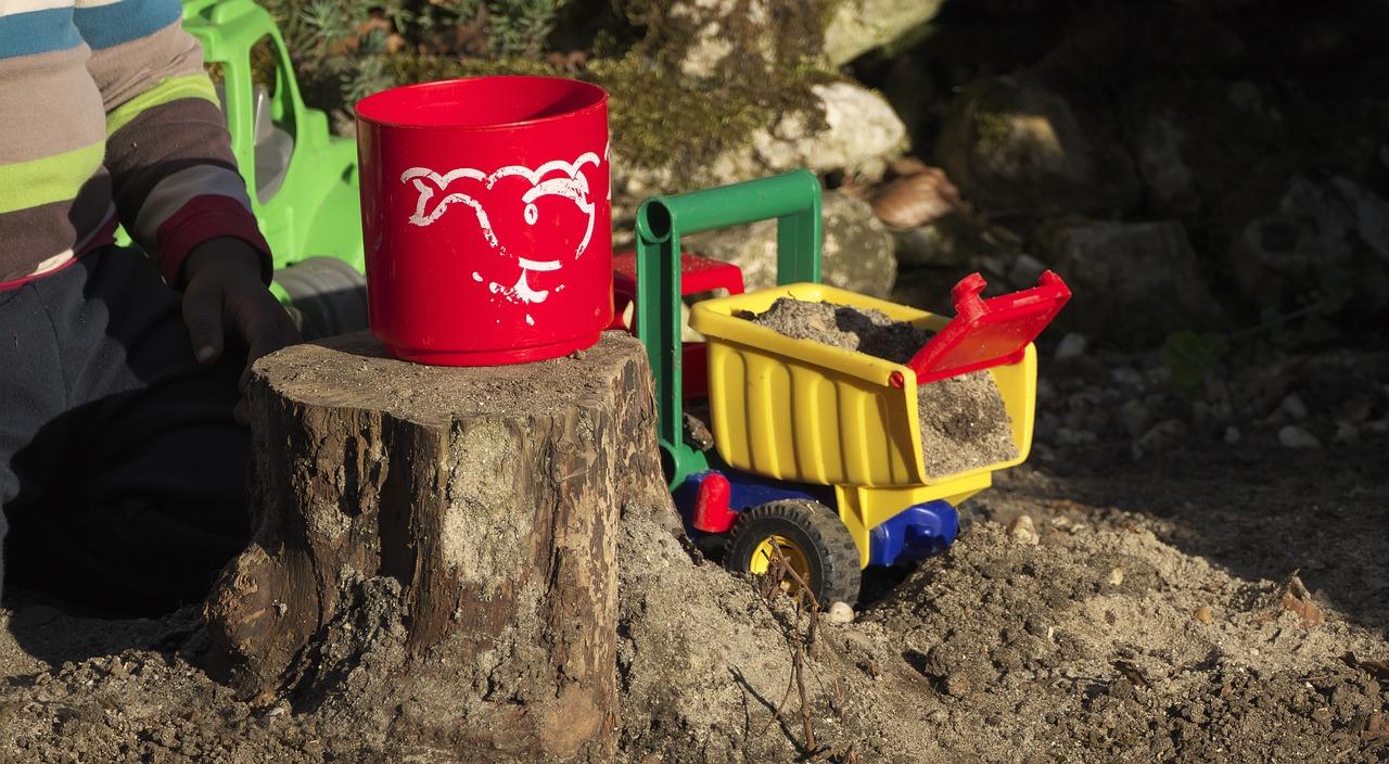 Jungen-Spielzeug: Bagger im Sand