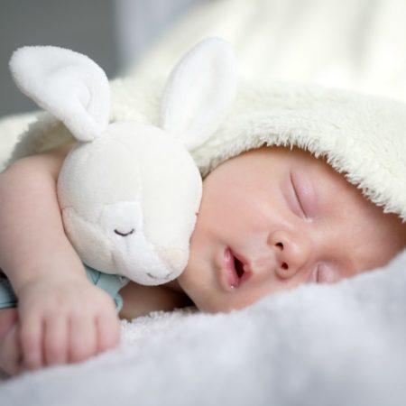 Schlafendes Baby mit Kuschelhase