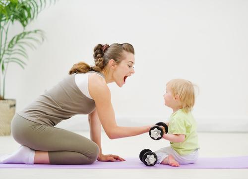 Mama und Kind mit Hanteln