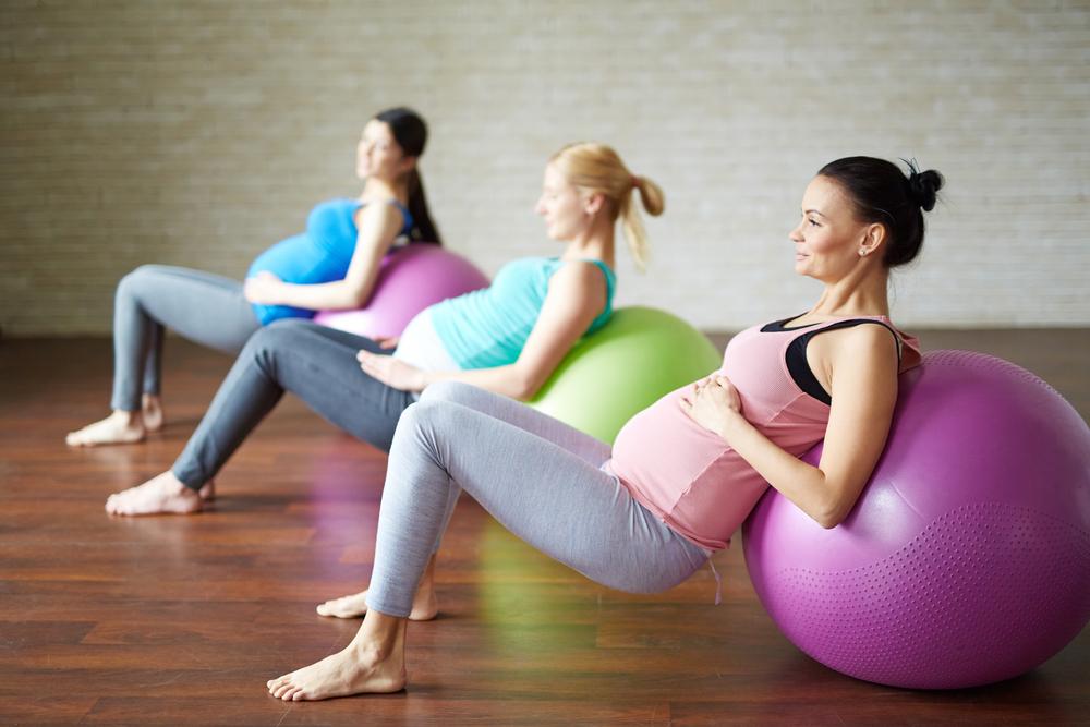Schwangere auf einem Gymnastikball