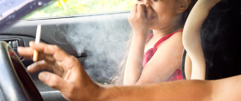 Banner: Hohe Strafen für Eltern – Rauchverbot im Auto