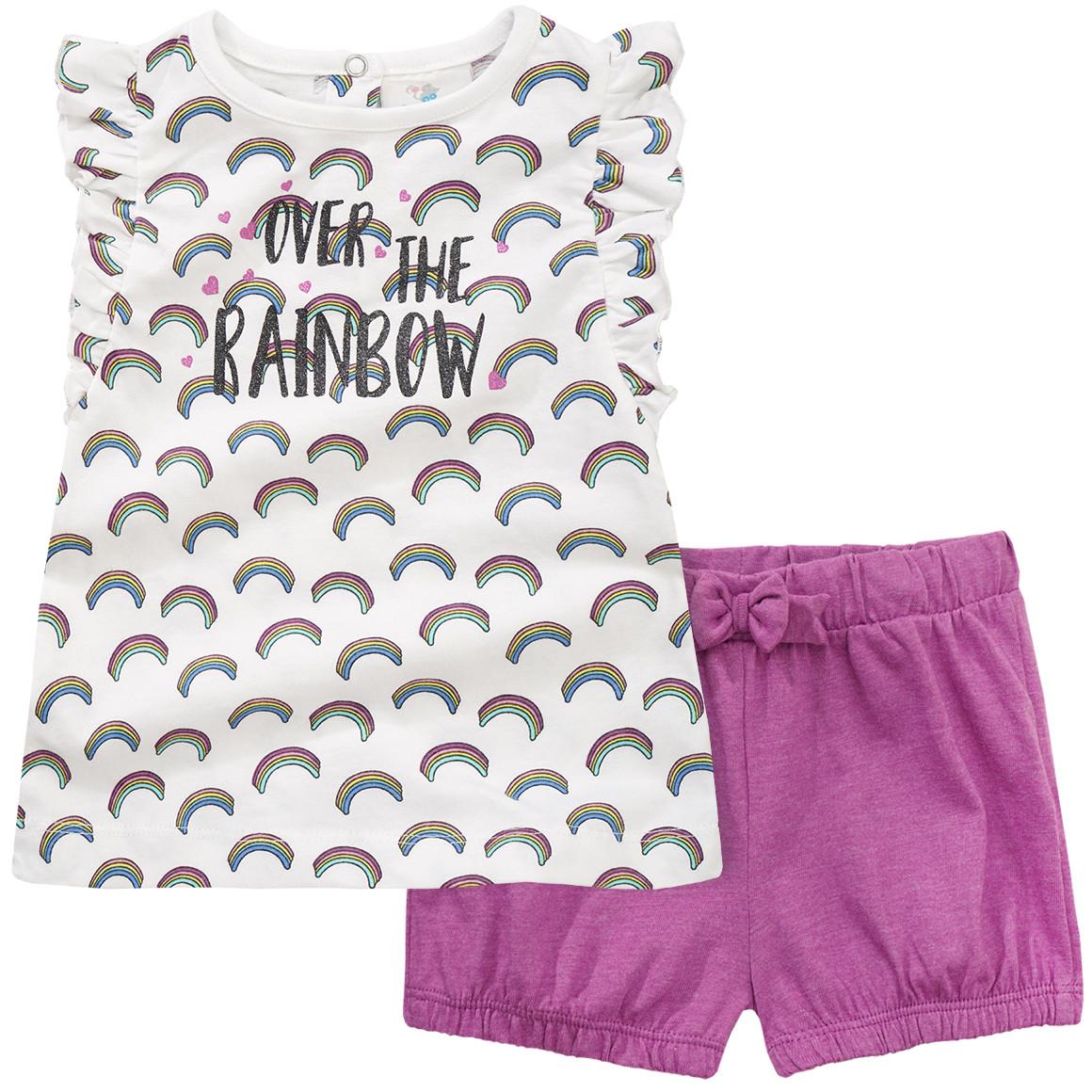 pinke shorts und weißes Tshirt mit Regenbogen