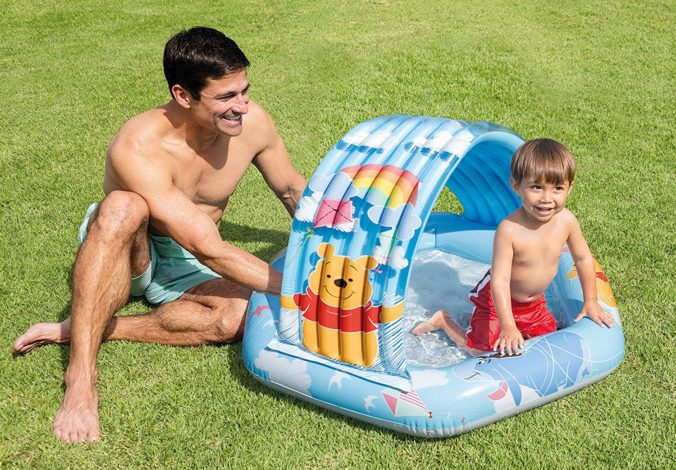 Mann und Junge im Kinderplanschbecken