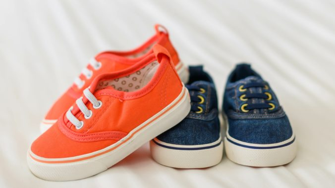 Kinderschuhe in Orange und blau