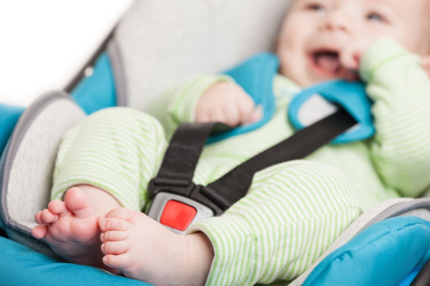 Baby im Autositz