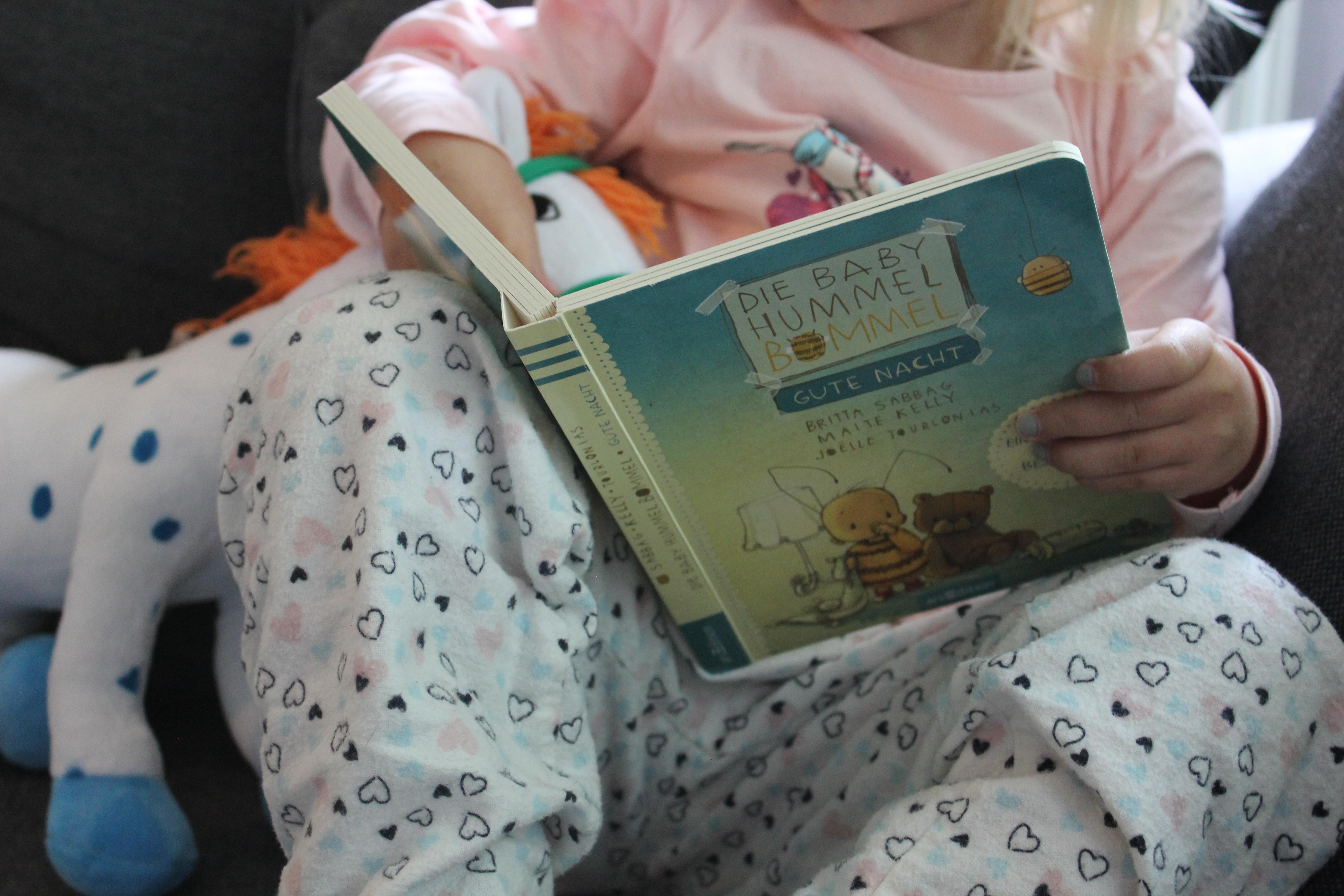 Kind liest das Hummel Bommel Buch