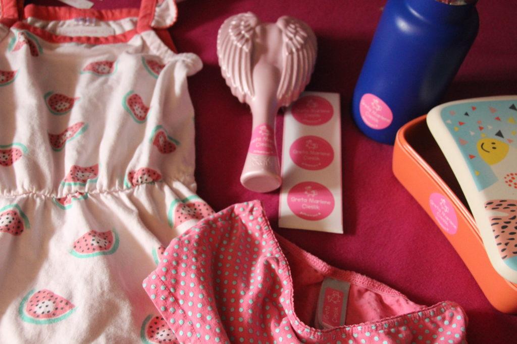 Test gutmarkiert Aufkleber auf Gretas Kleidung