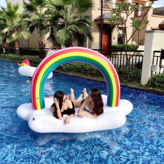 Luftmatratze mit Regenbogen