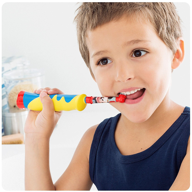 Kind putzt Zähne mit elektrischer Braun Stages Kids Zahnbürste