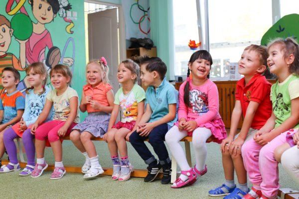 Kindergartenkinder sitzen zusammen