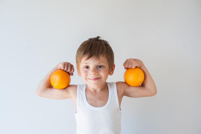 Kind spannt Muskeln an