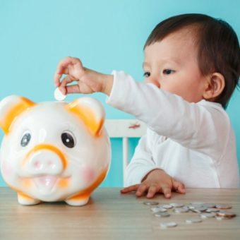 Kind steckt Geld in Sparschwein