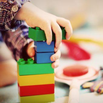 Kinderhand mit Bauklötzen