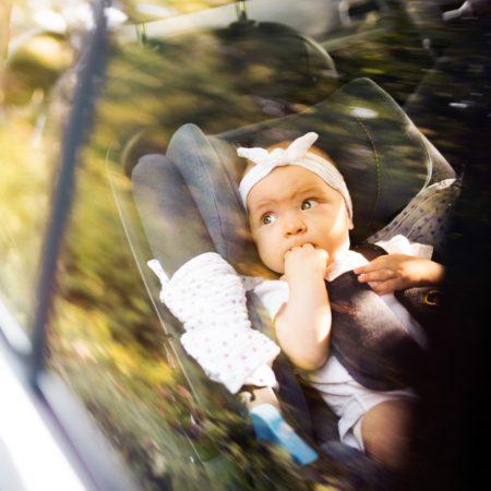 Kleinkind im Auto