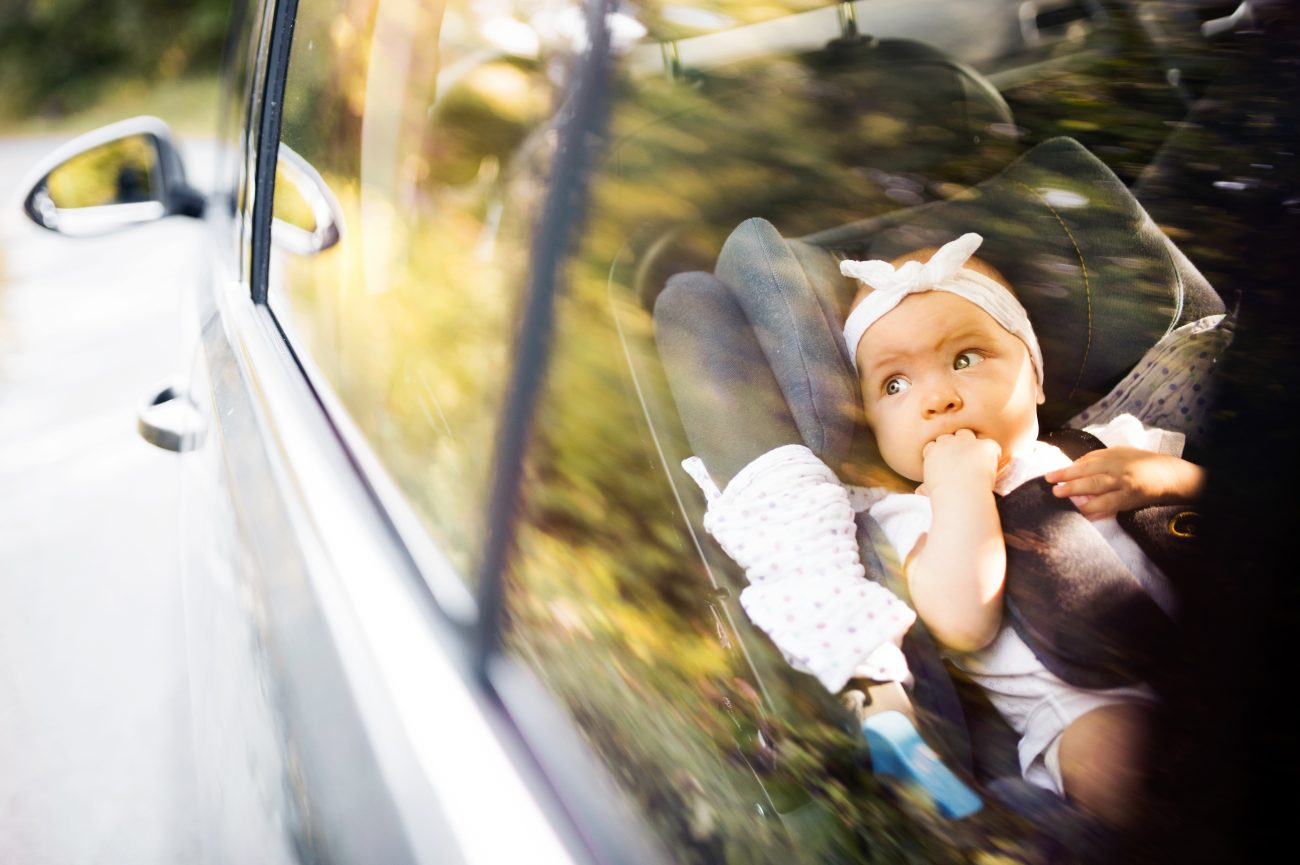 Kind im Kindersitz im Auto
