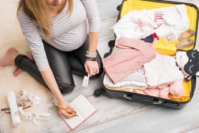Schwangere Frau packt Kliniktasche
