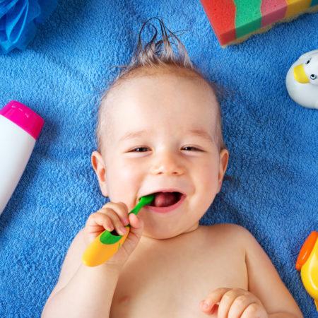 BAby mit Zahnbürste