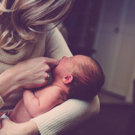 Frau kümmert sich um Baby