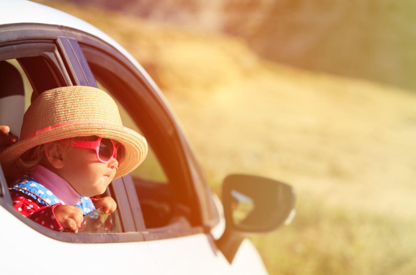 Baby schaut aus dem Auto