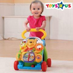 Kind mit Lauflernwagen von Winnie Puuh