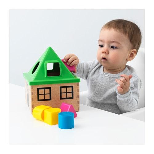 Kind spielt mit Puzzelkasten