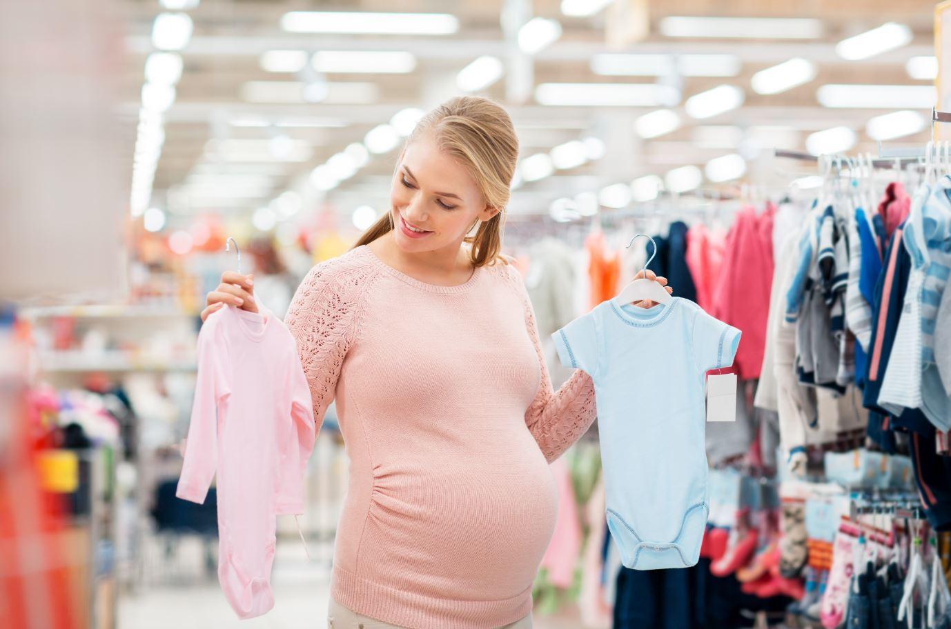 Schwanger Frau shoppt Babykleidung Adobe Stockphotos