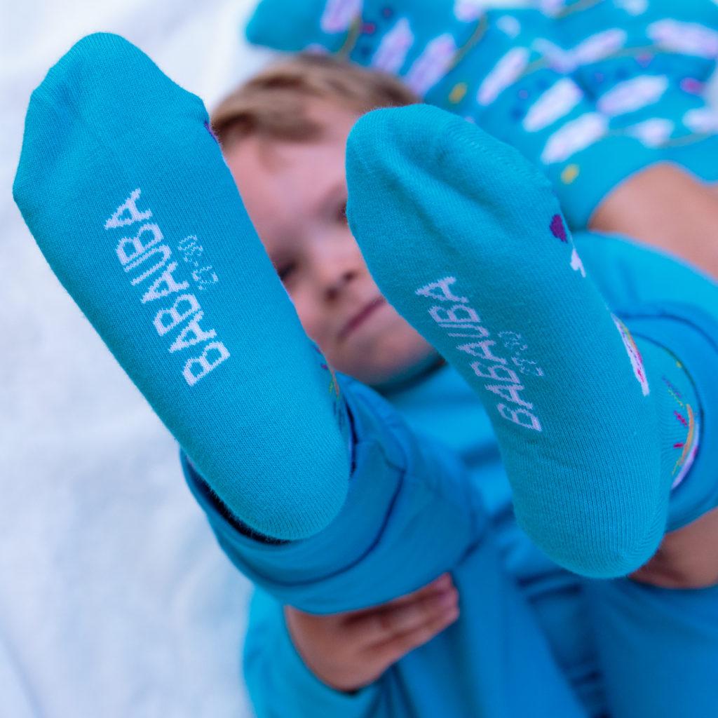Junge mit Babauba Socken
