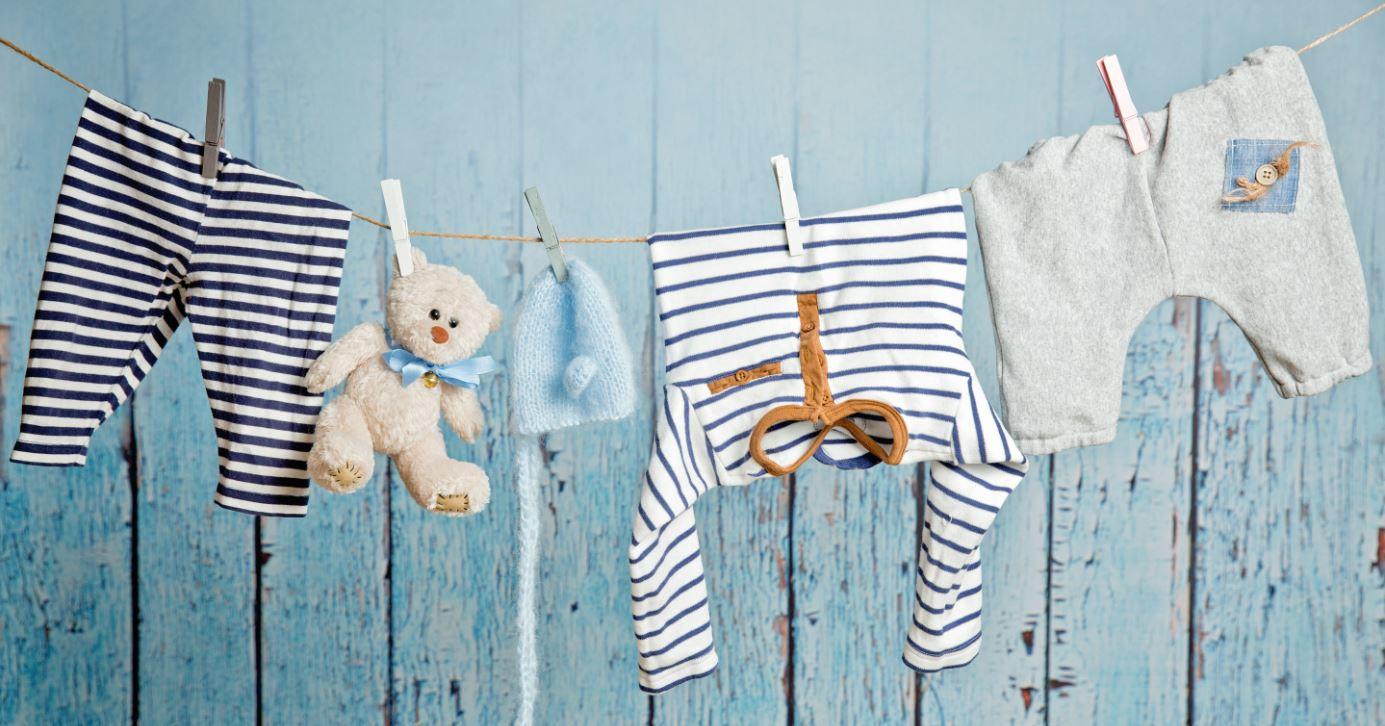 babykleidung an der Wäscheleine