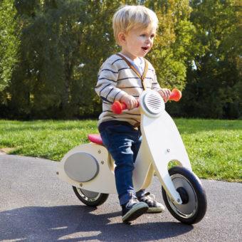 Kind fährt Retrolaufrad