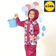 Mädchen im pinken Regenanzug