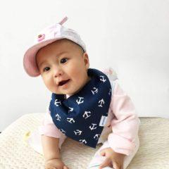 Baby trägt blaues Halstuch