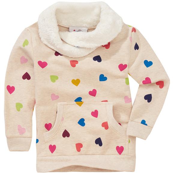 weißer Pullover mit bunten Herzen