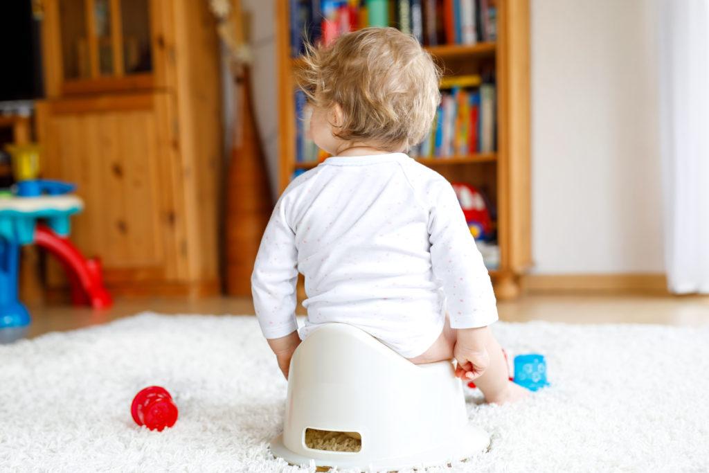 Baby sitzt auf Töpfchen