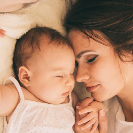 Mama und Baby schlafen