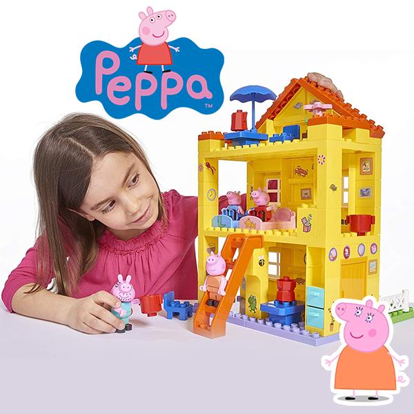 Mädchen spielt mit Peppa Wutz Haus